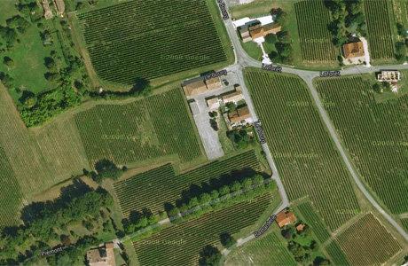 L'école de Villeneuve entourée de vignes (Google Earth)